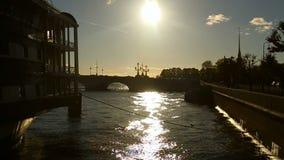 Vista de la tolerancia de la fragata en la puesta del sol del verano en a cámara lenta almacen de video