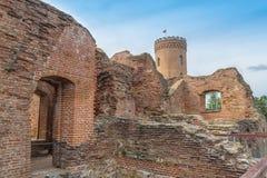 Vista de la torre de Chindia, de las ruinas y de las paredes viejas de la corte principesca Imagen de archivo