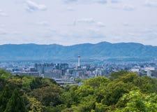 Vista de la torre de Kyoto de las colinas del templo de Kiyomizu-dera foto de archivo