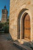 Vista de la torre de reloj hecha de piedra encima de la colina y de puerta antigua de madera en Draguignan Fotografía de archivo