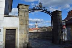 Vista de la torre del castillo del estado y del castillo francés del ½ Krumlov de ÄŒeskà con una abertura Imagenes de archivo