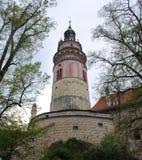 Vista de la torre del castillo viejo en Cesky Krumlov fotografía de archivo libre de regalías