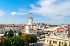 Vista de la torre del centro de ciudad y del ayuntamiento del ucraniano occidental CIT Imagen de archivo libre de regalías
