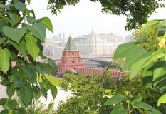 Vista de la torre del Kremlin y de la Moscú Imagen de archivo