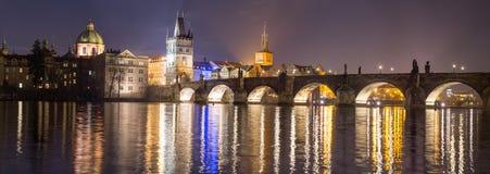 Vista de la torre del puente en Praga Imagen de archivo