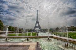 Vista de la torre Eiffel a través de la fuente de los jardines de Trocadero en París, Francia imagen de archivo libre de regalías