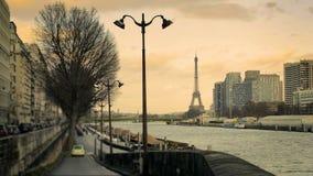 Vista de la torre Eiffel de un camino en el Sena metrajes