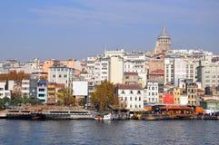 Vista de la torre de Galata y de la ciudad, de la orilla opuesta fotografía de archivo libre de regalías