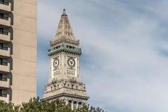 Vista de la torre de reloj histórica del rascacielos de aduanas en el horizonte de Boston Massachusetts los E.E.U.U. Fotos de archivo