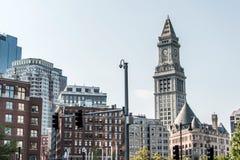 Vista de la torre de reloj histórica del rascacielos de aduanas en el horizonte de Boston Massachusetts los E.E.U.U. Fotografía de archivo
