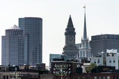 Vista de la torre de reloj histórica del rascacielos de aduanas en el horizonte de Boston Massachusetts los E.E.U.U. Fotos de archivo libres de regalías