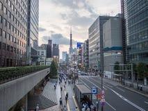 Vista de la torre de Tokio de la entrada de la estación de metro del demonio fotos de archivo