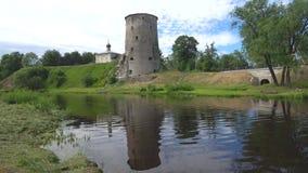 Vista de la torre vieja en un día nublado de junio Pskov, Rusia metrajes