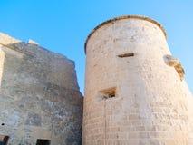 Vista de la torre y fragmento de las paredes de la ciudad de Alghero Cerdeña, Italia Foto de archivo
