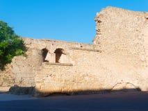 Vista de la torre y fragmento de las paredes de la ciudad de Alghero Cerdeña, Italia Foto de archivo libre de regalías