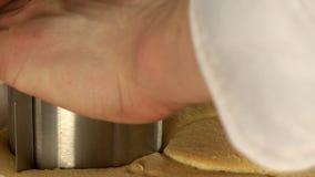 Vista de la torta que forma proceso almacen de metraje de vídeo