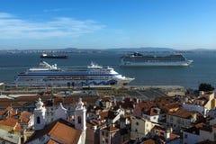 Vista de la vecindad de Alfama del punto de vista de Santa Luzia, con los barcos de cruceros en el río Tagus en Lisboa Fotografía de archivo libre de regalías