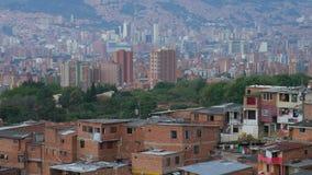 Vista de la vecindad en 'Comuna 13' Medellin Colombia con el centro de ciudad en el fondo, inclinación-para arriba almacen de video