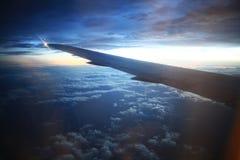 Vista de la ventana del aeroplano en el horizonte y las nubes Imagen de archivo libre de regalías