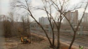 Vista de la ventana de la forma de la manera del carril del tren móvil Transporte de Moscú D?a del oto?o metrajes