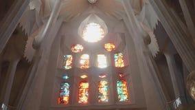 Vista de la vidriera en el muro de la catedral de la Sagrada Familia. Luz solar brillante de la vidriera almacen de video