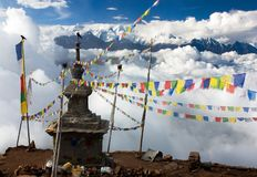 Vista de Langtang a Ganesh Himal com stupa Imagens de Stock Royalty Free