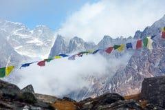 Vista de las banderas de la gama y del rezo de los altos picos en Nepal Himalaya Imagenes de archivo