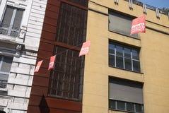 Vista de las banderas del distrito de Brera Milán foto de archivo libre de regalías