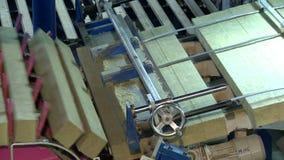 Vista de las barras de madera espectaculares de la máquina de la producción almacen de video