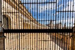 Vista de las barras de metal y de la plaza de españa imagen de archivo