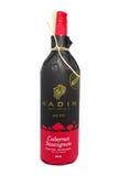Vista de las botellas del ` del compartimiento 777 de Nadin del vino rojo del ` en supermercado Con sabor a fruta clásico de Cabe Fotos de archivo libres de regalías