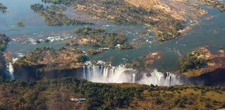 Vista de las caídas de una altura del vuelo del pájaro Victoria Falls parque nacional Mosi-oa-Tunya Zambiya y sitio del patrimoni Imagen de archivo libre de regalías