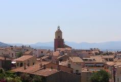 Vista de las calles históricas de Saint Tropez Los tejados tejados y el campanario de la iglesia de Saint Tropez imagen de archivo libre de regalías
