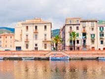 Vista de las casas coloridas hermosas en la ciudad de Bosa provincia de Oristán, Cerdeña, Italia Imagenes de archivo