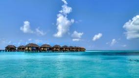 Vista de las casas de planta baja del agua en paraíso tropical Imagen de archivo