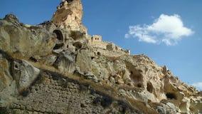 Vista de las casas del castillo y de la cueva de Ortahisar Cappadocia Turquía metrajes