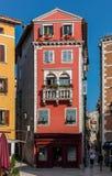 Vista de las casas viejas del color Fotografía de archivo libre de regalías