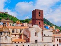 Vista de las casas y del castillo coloridos en el fondo en la ciudad de Bosa Foto de archivo libre de regalías