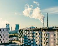 Vista de las chimeneas grandes en una ciudad/un problema de la contaminación imagenes de archivo