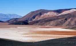 Vista de las colinas y de las monta?as coloreadas de Antofagasta De La Sierra, la Argentina imagenes de archivo
