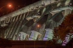 Vista de las compuertas iluminadas del gigante de la presa de Itaipu Imagenes de archivo