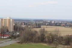 Vista de las construcciones de viviendas pequeñas y grandes imagen de archivo