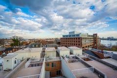 Vista de las cubiertas del tejado y del muelle del Bond Street, en Baltimore, Maryland fotos de archivo