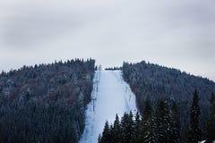 Vista de las cuestas del esquí en nieve Fotos de archivo