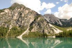 Vista de las dolomías del lago Braies Imagen de archivo