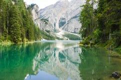 Vista de las dolomías del lago Braies - Italia Imagen de archivo libre de regalías
