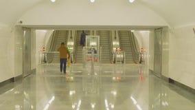 Vista de las escaleras móviles que se mueven hacia arriba y hacia abajo en la estación de metro metrajes