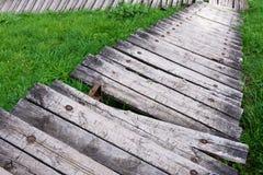 Vista de las escaleras de madera destruidas que van abajo fotos de archivo libres de regalías