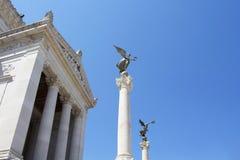 Vista de las estatuas coas alas de las mujeres fotografía de archivo