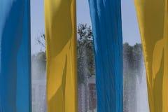 Vista de las lonas amarillas de la bandera azul que agitan fotos de archivo libres de regalías